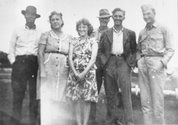 Robert Samuel Hilligoss returns from WWII. On the Hilligoss farm, Humboldt, Il with Kenneth, Eva, Gladys, Paul and Herman